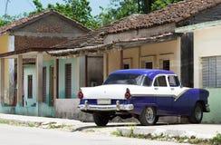 Blauer amerikanischer Oldtimer HDRs Kuba parkte für ein Haus Stockbild