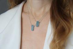 Blauer aquamariner Kristallberyl auf einer Silberkette auf dem M?dchen H?ngender Aquamarin, Anh?nger, Dekoration auf dem Hals Nat stockfoto