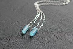 Blauer aquamariner Kristallberyl auf einer Silberkette H?ngender Aquamarin, Anh?nger, Dekoration auf dem Hals Nat?rlicher blauer  lizenzfreie stockfotografie