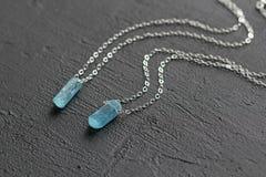 Blauer aquamariner Kristallberyl auf einer Silberkette H?ngender Aquamarin, Anh?nger, Dekoration auf dem Hals Nat?rlicher blauer  lizenzfreies stockbild