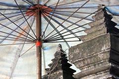 Blauer asiatischer Regenschirm Stockfoto