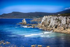 Blauer Atlantik über weißen Klippenbergen und blauer Himmel Stockfoto