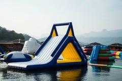 Blauer aufblasbarer sich hin- und herbewegender Wasserpark Lizenzfreie Stockfotos