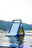 Blauer aufblasbarer sich hin- und herbewegender Wasserpark Stockfotos
