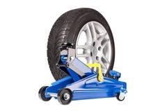 Blauer Auto Wagenheber mit dem whell lokalisiert Stockfotos