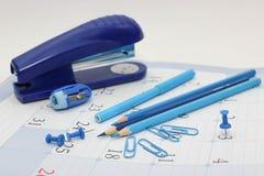 Blauer Büroartikel - Bleistifte, Filzstift, Markierungen Lizenzfreie Stockfotos