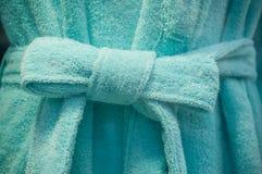 Blauer Bademantel im Speicherausstellungsraum stockbilder
