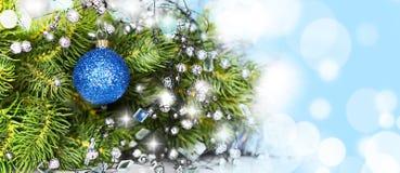 Blauer Ball auf dem Weihnachtsbaum Stockfotos