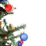 Blauer Ball auf dem Weihnachtsbaum lokalisiert Lizenzfreie Stockfotografie