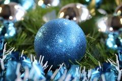 blauer Ball des neuen Jahres 2018 Weihnachts Stockbild
