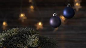 Blauer Ball und Fichtenzweige des Weihnachten zwei stock video