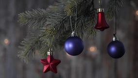 Blauer Ball und Fichtenzweige des Weihnachten zwei stock video footage