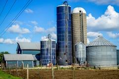 Blauer Bauernhof mit fünf Silos stockfoto