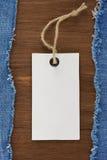 Blauer Baumwollstoff auf hölzernem Hintergrund Stockbild