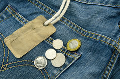 Blauer Baumwollstoff mit leerem Preis und Münzen auf Hintergrund Stockbilder