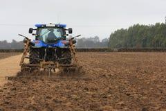 Blauer bebauender Traktor Stockbilder