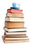 Blauer Becher auf Büchern Stockfotografie