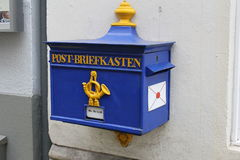 Blauer Beitrag-Briefkasten Lizenzfreie Stockfotografie