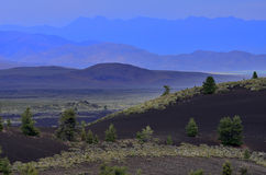 Blauer Berg im Abstand mit Wüste Stockfotos