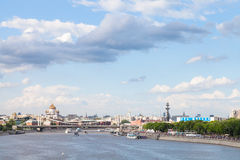 Blauer bewölkter Himmel über Moskau-Stadt, Russland Lizenzfreies Stockbild