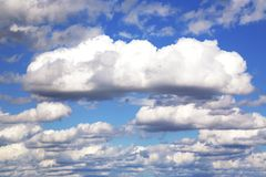 Blauer bewölkter Himmel lizenzfreie stockfotografie