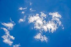 Blauer bewölkter Himmel Stockfotografie