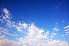 Blauer bewölkter Himmel, Bild der hohen Auflösung Stockbild