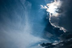 Blauer bewölkter Himmel in den Wolken lizenzfreie stockfotografie