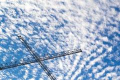 Blauer bewölkter Himmel mit Gestell stockbilder
