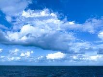 Blauer bewölkter Himmel und Wasser Lizenzfreie Stockbilder