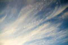 Blauer bewölkter Himmel mit ungewöhnlichen Formen der Wolken Stockbild