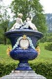 Blauer Blumenpotentiometer im Garten Lizenzfreie Stockfotos
