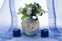 Blauer Blumenstrauß im Vase Stockbilder