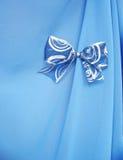 Blauer Bogen auf dem blauen Hintergrund lizenzfreie stockbilder
