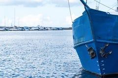 Blauer Bogen eines alten Fischerbootes Stockbild