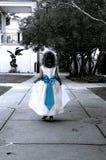 Blauer Bogen und kleines Mädchen Stockbild