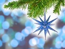 Blauer Bokeh abstrakter Hintergrund mit blauem Weihnachten Stockfotos