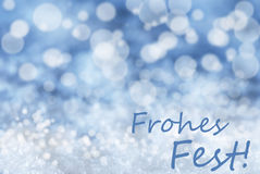 Blauer Bokeh-Hintergrund, Schnee, Frohes-Fest bedeutet frohe Weihnachten Stockfotografie