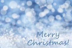Blauer Bokeh-Hintergrund, Schnee, simsen frohe Weihnachten Stockfoto