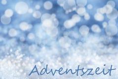 Blauer Bokeh-Weihnachtshintergrund, Schnee, Adventszeit bedeutet Advent Season Stockfoto