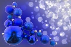 Blauer bokeh Zusammenfassungshintergrund mit blauen glänzenden Bällen Stockfoto