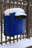 Blauer Briefkasten mit Schnee Lizenzfreies Stockbild