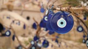 Blauer Charme des bösen Blicks auf einem Baum in Cappadocia, die Türkei 4K stock footage