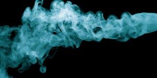 Blauer Dampf auf dem schwarzen Hintergrund stockfotografie