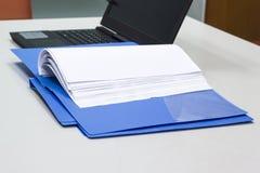 Blauer Dateiordner mit Dokumenten für Darstellung Lizenzfreie Stockfotografie