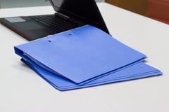 Blauer Dateiordner mit Dokumenten für Darstellung Lizenzfreies Stockbild