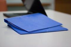 Blauer Dateiordner mit Dokumenten für Darstellung Stockfotografie