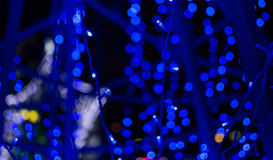 Blauer defocused Funkelnhintergrund mit bokeh Kopienraum Stockbild