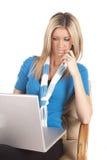 Blauer denkender Computer der Frau lizenzfreie stockfotografie