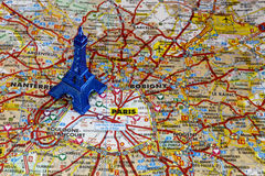Blauer Eiffelturm auf Paris-Karte Lizenzfreies Stockfoto